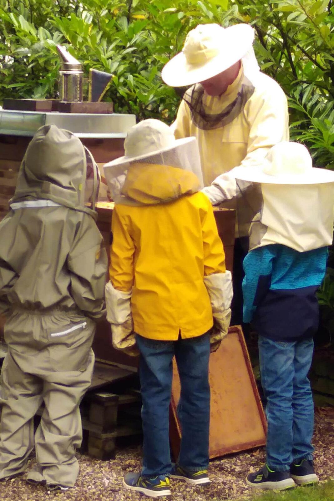 EIn Besuch beim Imker stand für die Mädchen und Jungen der Uhlandschule auf dem Programm. Foto: Olschowka