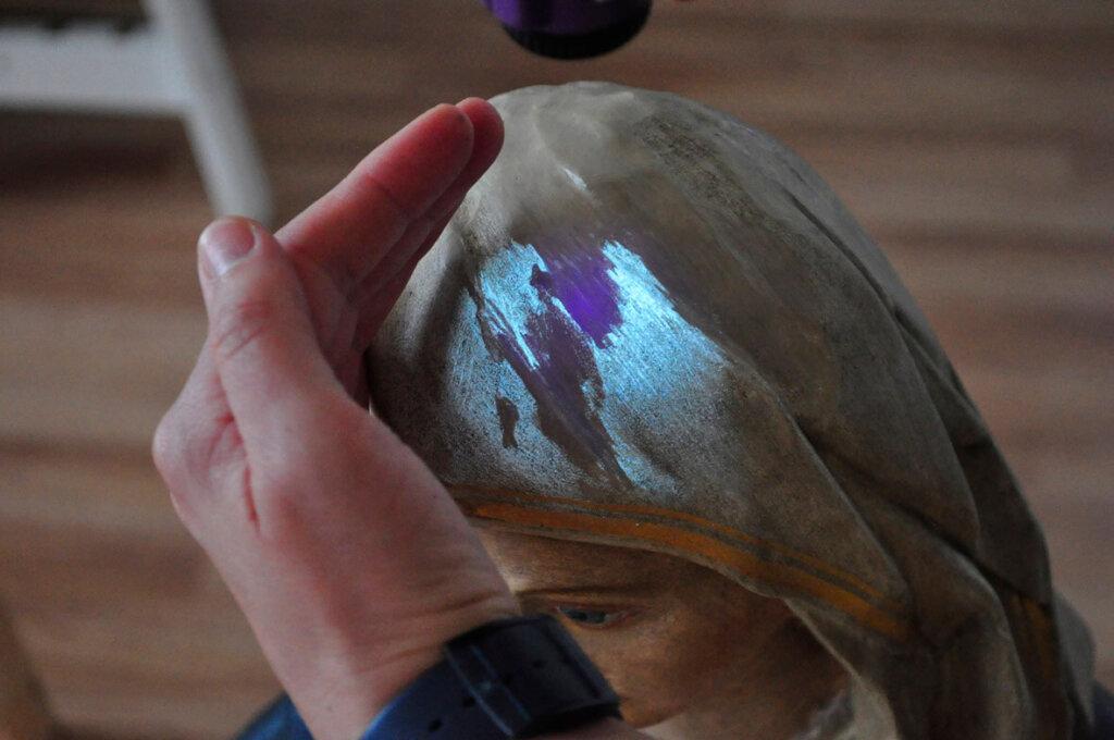 UV-Licht macht alte Bemalung aus 19. Jh sichtbar. Foto: Dr. Anke Schwarze