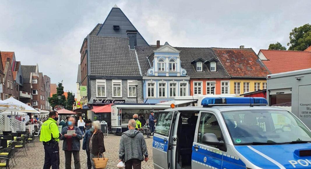 Polizeibeamte informieten die Werner Bevölkerung über Trickbetrüger. Foto: Kreispolizei Unna