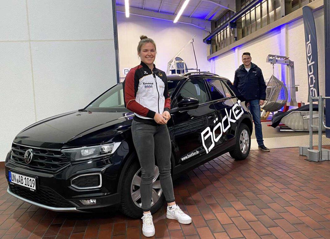 Kanu-Weltmeisterin Jule Hake freut sich über ihren neuen VW T-Roc. Foto: Böcker