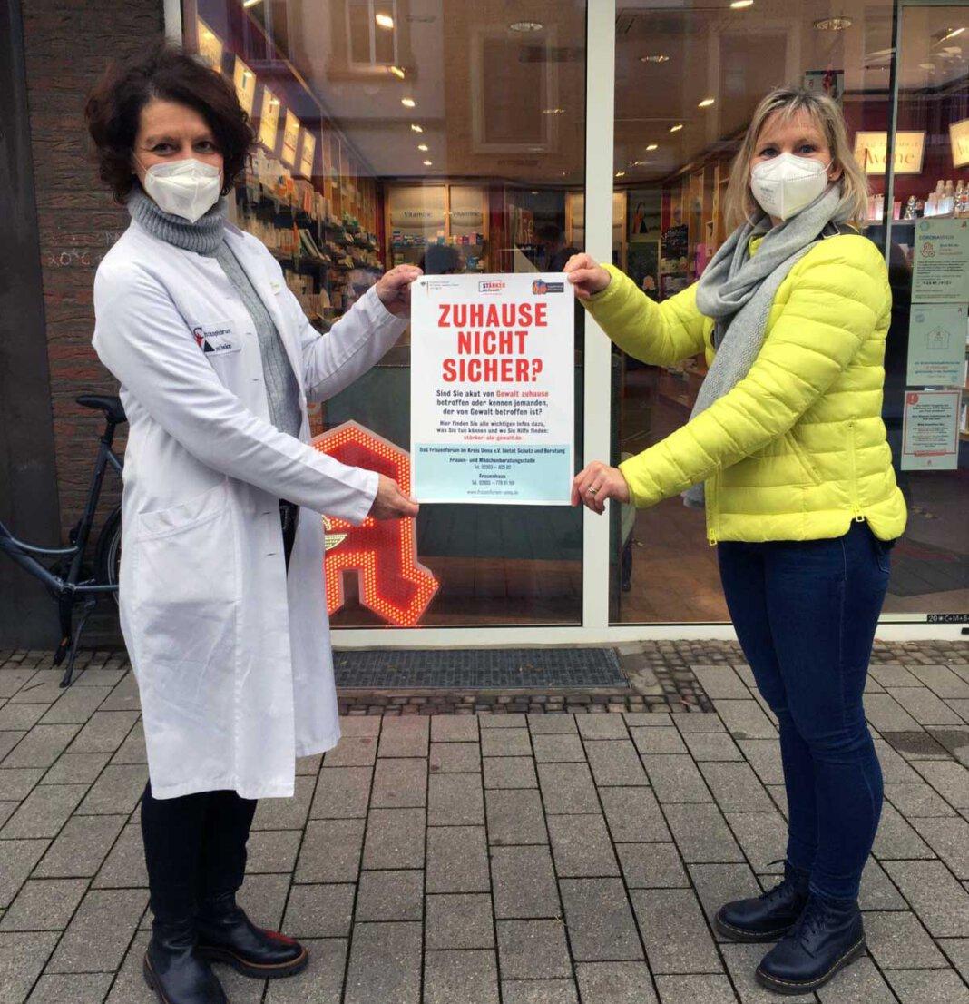 Stellvertretend für alle Apotheken nahm Ursula Brinkmann-Trötsch das Plakat aus den Händen von der Gleichstellungsbeauftragten Monika Eichmanns (rechts) entgegen. Foto: Stadt Werne