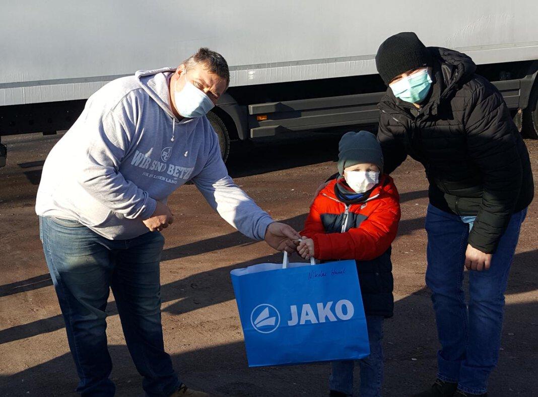 Heiko Baus (links) von der Eintracht-Jugendabteilung überraschte mit seinem Team die kleinen Fußballer des Vereins. Foto: Wagner