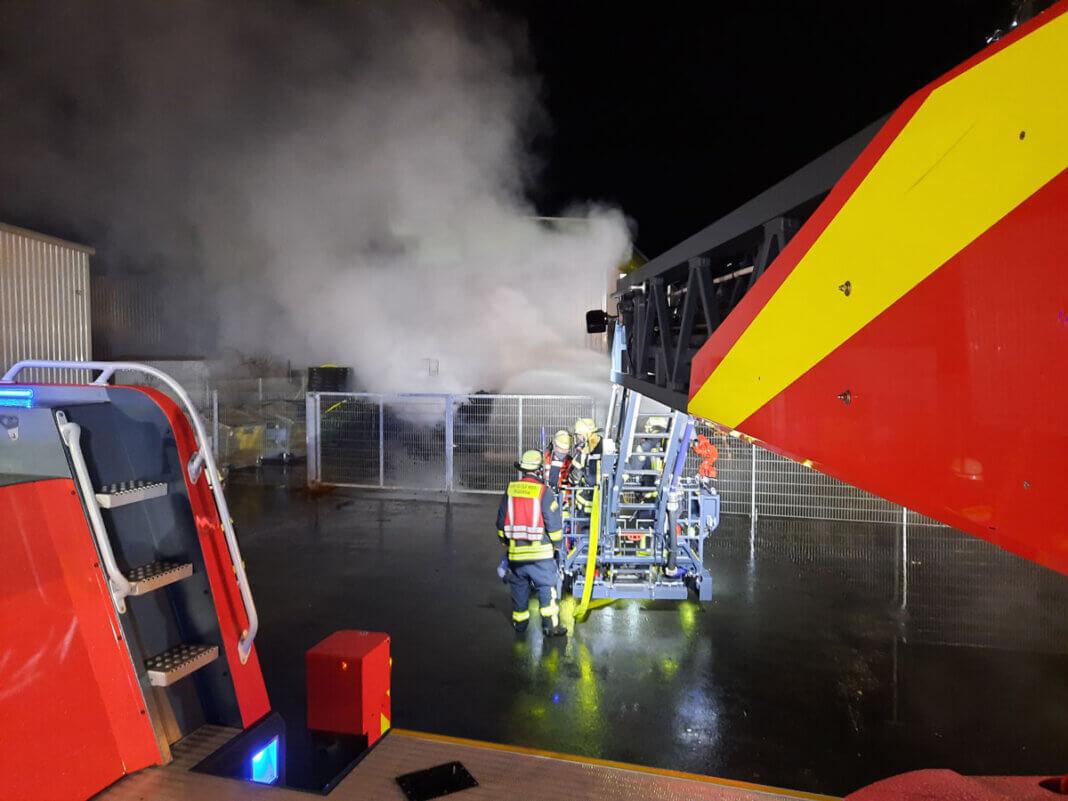Der automatisch gesteuerte Wasserwerfer mit einer Leistung von 1.600 Liter pro Minute wurde am Korb der Drehleiter aus Werne montiert und bekämpfte kurz darauf die Flammen von oben. Foto: Feuerwehr Werne