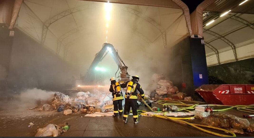 Die Feuerwehrleute löschten einen Brand in einem Entsorgungsunternehmen an der Capeller Straße. Die Truppe wurde in Vollalarm gesetzt. Foto: Freiwillige Feuerwehr Werne
