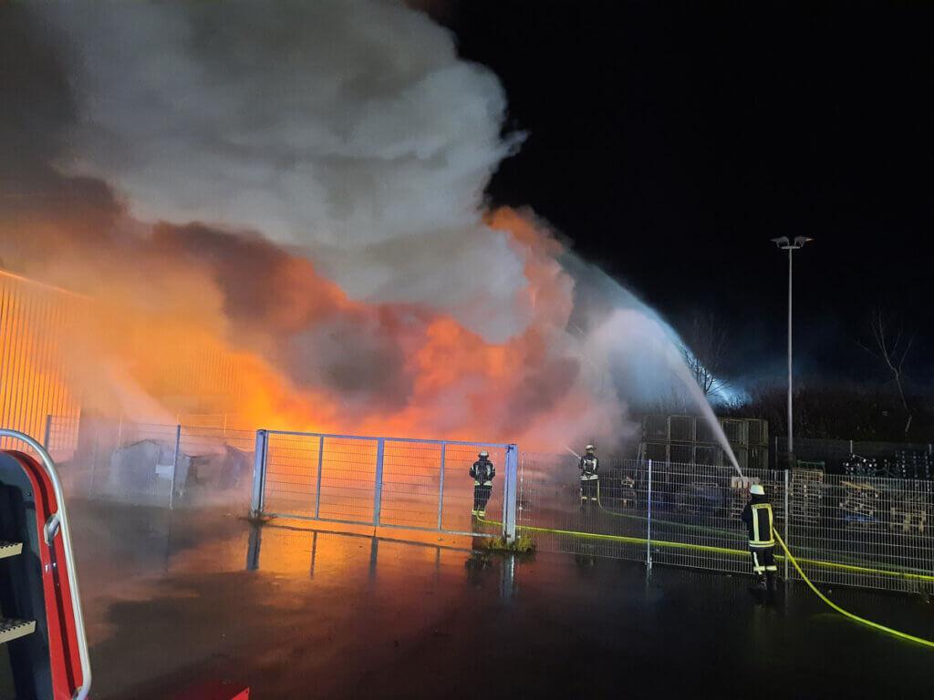 Die Drehleiterschleife der Freiwilligen Feuerwehr Werne wurde zur überörtlichen Hilfe in die Industriestraße nach Bergkamen-Rünthe alarmiert. Foto: Feuerwehr Werne