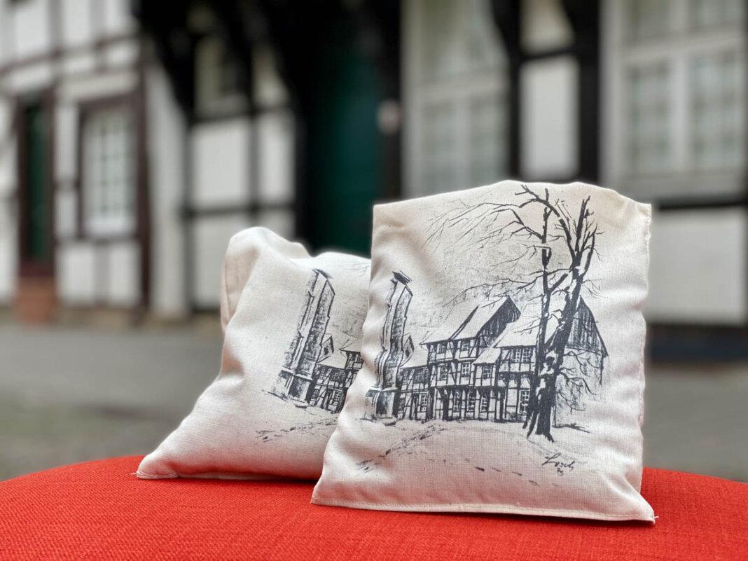 Gefüllt ist das in der Caritas-Werkstatt Nordkirchen hergestellte Kissen mit Bio-Getreide. Foto: Werne Marketing