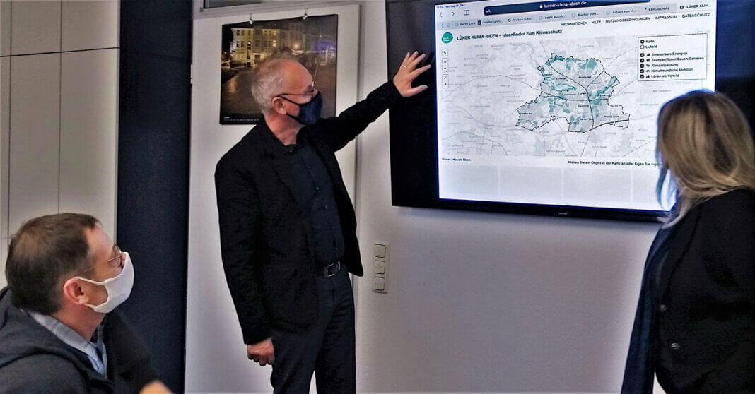 Thomas Berger (Leiter Stadtplanung), Arnold Reeker (Technischer Beigeordneter) und Sandra Osowski (Klimaschutzbeauftragte, v.l.n.r.) stellten die Ideenkarte vor, auf der alle Lünerinnen und Lüner ihre Vorschläge zu Klimaschutz-Themen eintragen können. Foto: Stadt Lünen.