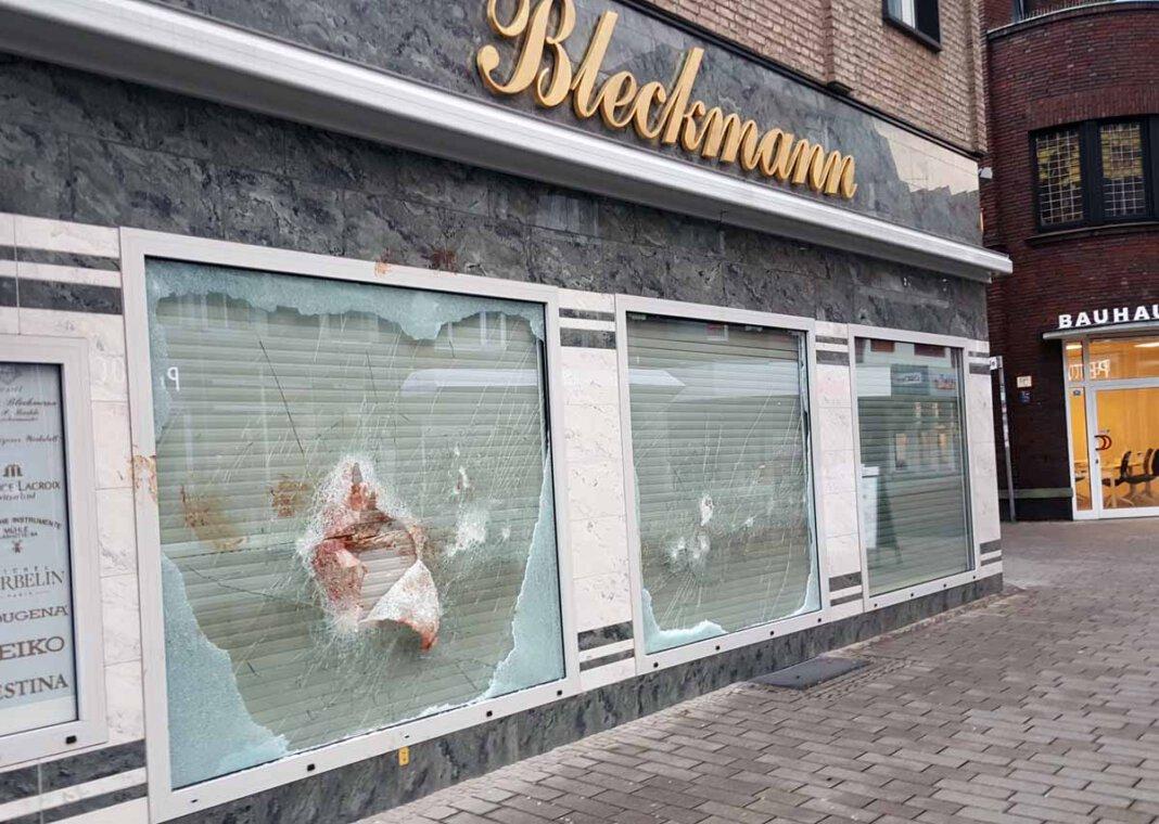 Zwei Täter brachen am Donnerstagmorgen in das Juweliergeschäft Bleckmann ein. Foto: Wagner