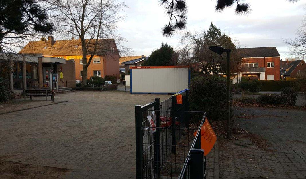 Auf dem Parkplatz (rechts) vor dem Ausweichquartier der Kita St. Sophia im evangelischen Gemeindezentrum sollen Container aufgestellt werden. Foto: Wagner