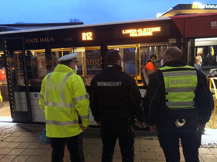 Die Maskenpflicht im Blick: Polizei und Ordnungsamt zeigten am Freitagmorgen am Zentralen Omnibusbahnhof (ZOB) in Lünen Präsenz. Foto: Stadt Lünen