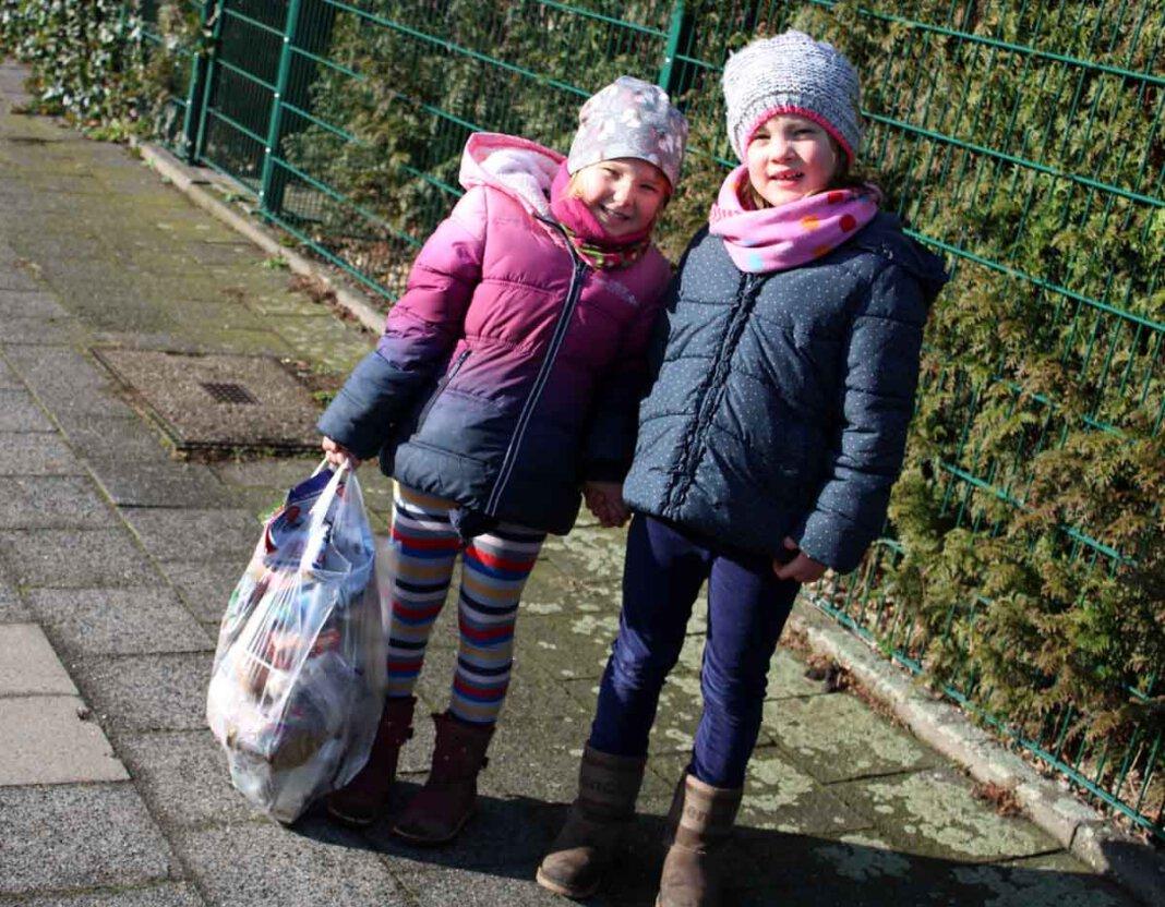 Maya (links) und Paula, Vorschulkinder der Kita Lütkeheide, sammelten fleißig Müll in ihrer Umgebung, um der Natur zu helfen. Foto: Privat