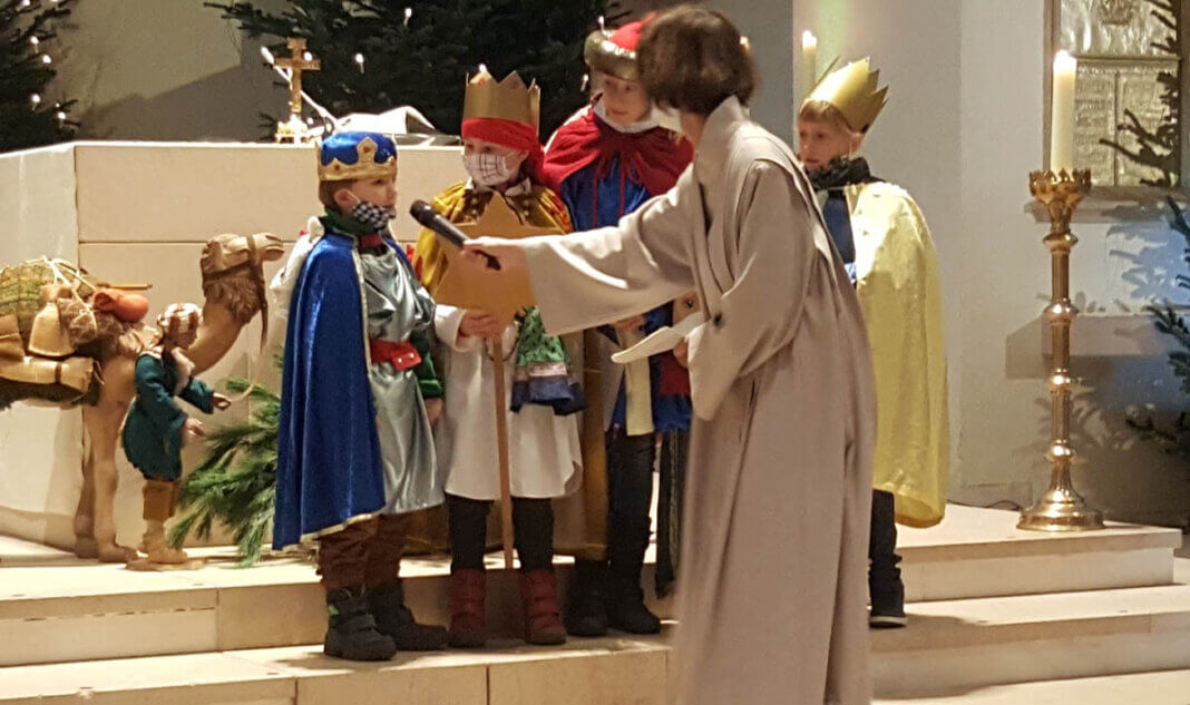 Einige Sternsinger nahmen an der Heiligen Messe am Sonntag in der Pfarrkirche teil. Foto: Wagner