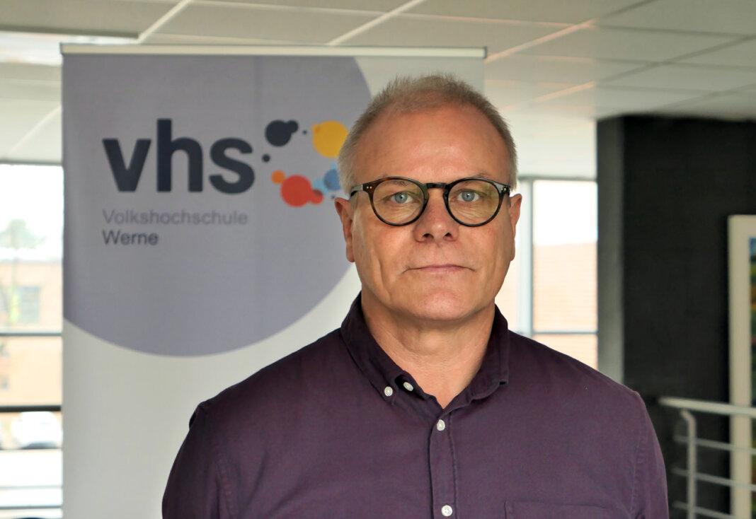 VHS-Leiter Michael Hahn präsentiert das neue Programm der Bildungseinrichtung. Foto: Werne Marketing