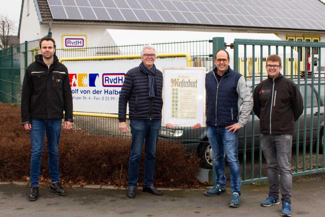 Julian (von links), Rolf, Andreas und Jannis von der Halben. Der goldene Meisterbrief krönt das Lebenswerk von Rolf von der Halben. Foto: Isabel Schütte