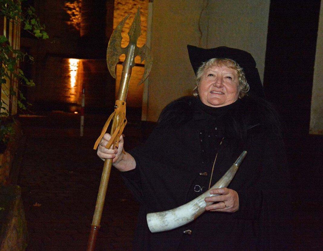 Heidelore Fertig-Möller steht als Nachtwächterin für die Wiederaufnahme der Führungen durch Werne in den Startlöchern. Foto: Möller