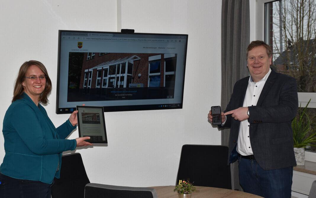 Bürgermeister Thomas Stohldreier und Pressesprecherin Simone Böhnisch präsentieren das aktualisierte Serviceportal der Gemeinde Ascheberg auf dem PC, Tablet und Smartphone. Foto: Gemeinde Ascheberg