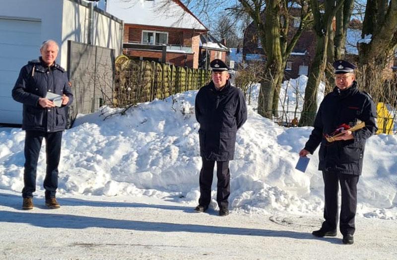 Jörg Mehringskötter (links) nahm die Glückwunsche von Christian Rasche und Thomas Temmann (rechts) entgegen. Foto: Feuerwehr Werne