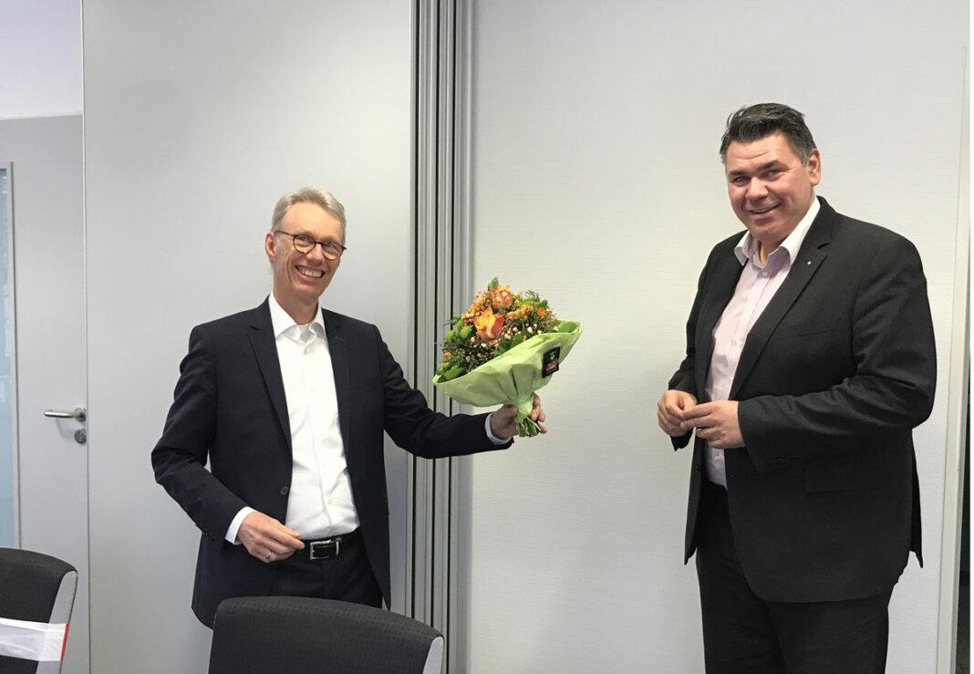 WFG-Geschäftsführer Dr. Michael Dannebom (li.) nutzte jetzt die Gelegenheit und gratulierte Mario Löhr mit einem Blumenstrauß zur Wahl. Foto: WFG (Viktoria Walter)