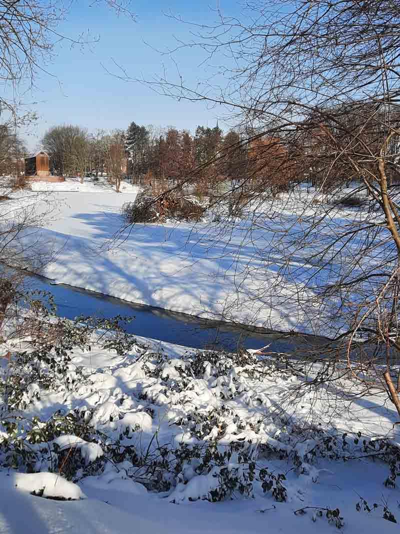 Die Tragfähigkeit von Eisflächen wie hier am Stadtsee ist schwer einzuschätzen und oft trügerisch. Foto: Gaby Brüggemann