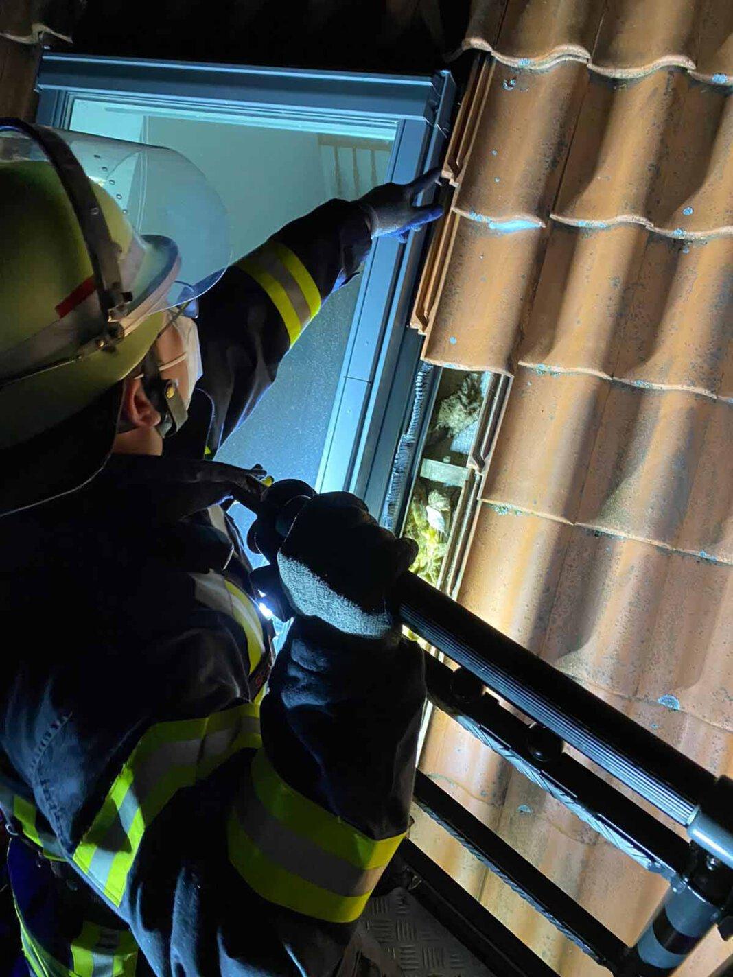 Die Feuerwehr musste am Mittwochabend herabfallende Dachpfannen sichern. Foto: Feuerwehr Werne