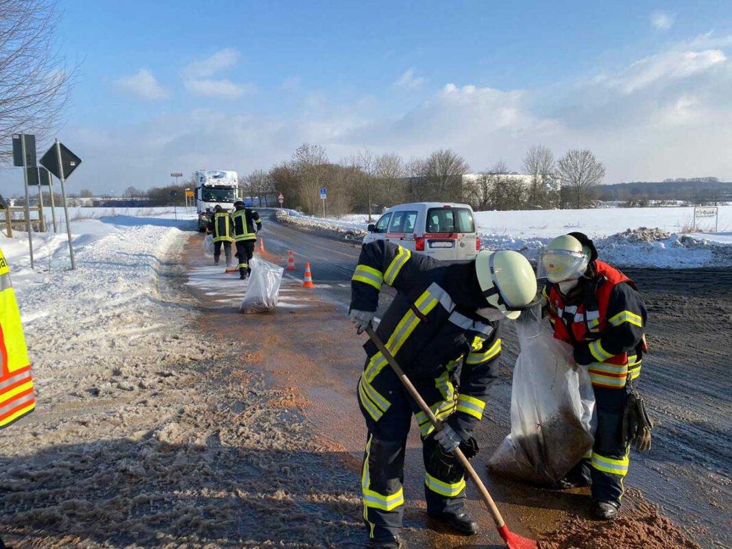 Die Einsatzkräfte streuten die Ölspur mit Bindemittel ab und arbeiteten dieses Granulat mit Besen in die Fahrbahnoberfläche ein. Foto: Feuerwehr Werne