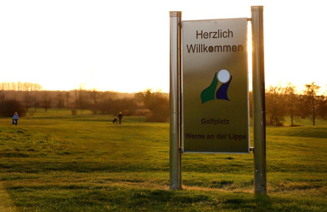 Seit einer Woche dürfen Golf-Liebhaber in Werne unter freiem Himmel wieder ihrem Lieblingssport nachgehen. Foto: Volkmer
