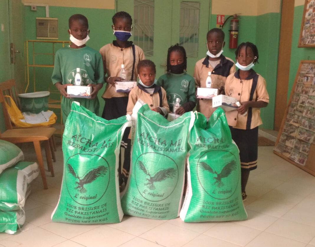 Auch die Familien der Schulpaten-Kinder wurden mit Reisspenden bedacht. Außerdem gab es für die Schulen Mund-Nasen-Masken sowie Desinfektionsmittel. Foto: Privat
