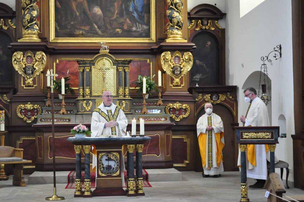 Provinzial Christopherus Goedereis stand der Eucharistiefeier vor, rechts im Bild: Pfarrdechant Jürgen Schäfer. Foto: Schwarze