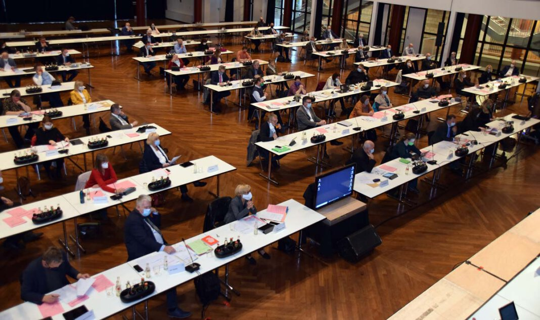 Kreistagssitzung in der Stadthalle Unna unter Corona-Bedingungen. Foto: Birgit Kalle – Kreis Unna