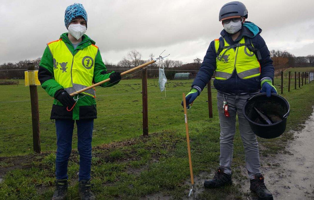 Max Göller (links) und Danilo Ulrich befreien ihre Umwelt von Müll und Unrat. Foto: Wagner