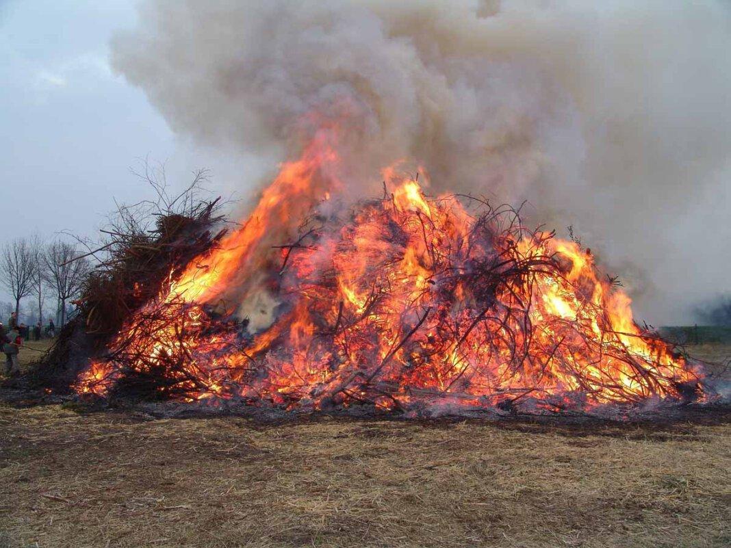 Das Brauchtum, ein Osterfeuer abzubrennen, ist wegen der Pandemie auch in diesem Jahr stark gefährdet. Foto: pixabay