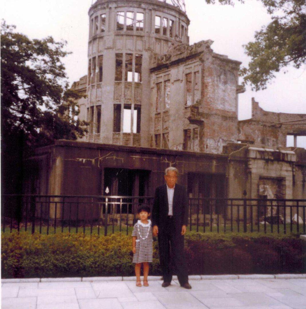 Shigemi Ideguchi (r.) erlebte den Atombombenabwurf aus unmittelbarer Nähe – und überlebte es. Neben ihm auf dem Bild steht seine Enkelin Rima Ideguchi. Foto: Privat