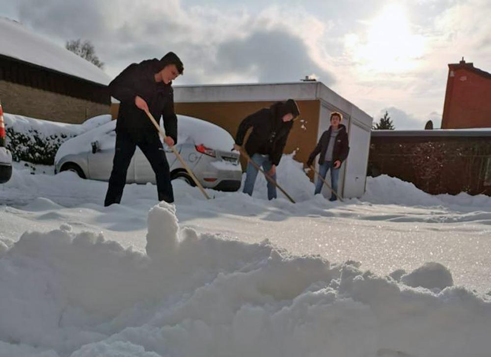 Schüler des St. Christophorus Gymnasiums erwiesen sich als tatkräftige Helfer für viele Werner beim Schneeschieben. Foto: Privat