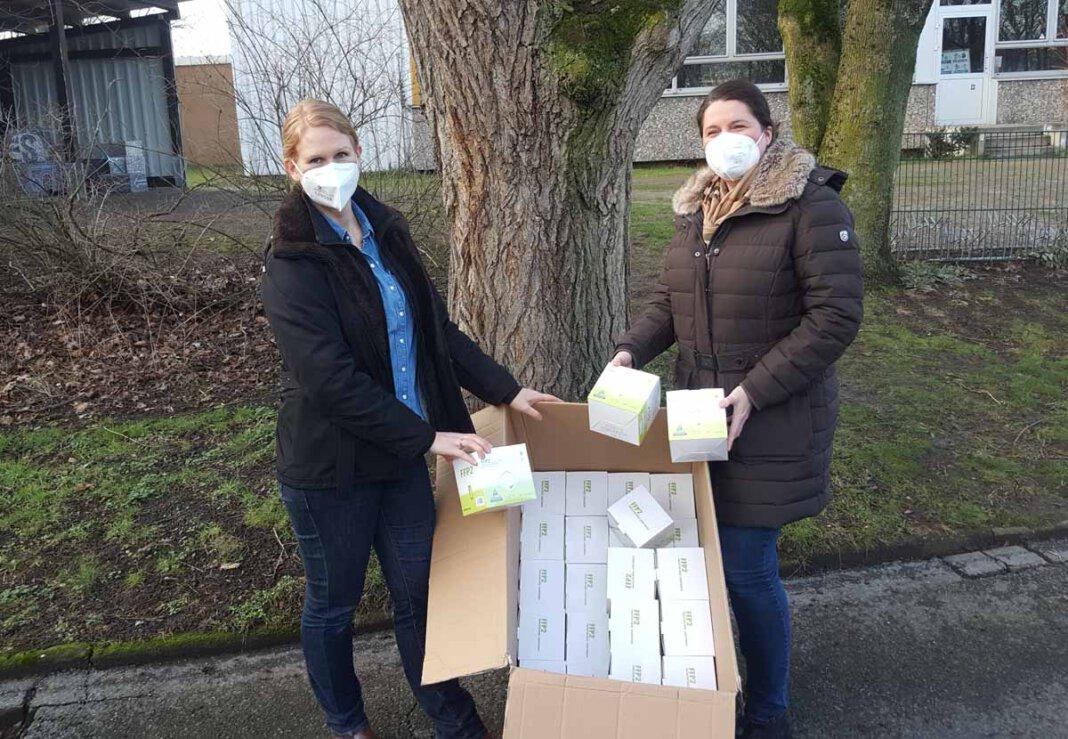 Lena Zaccheddu (links) nahm die FFP2-Masken aus den Händen von Pia Karthaus entgegen. Foto: Wagner