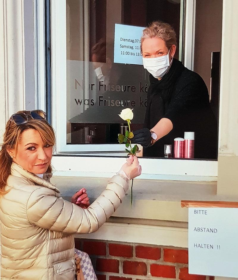 Friseurmeisterin Katrin Stockhausen machte zwischenzeitlich einen Fensterverkauf. Am 1. März dürfen sie und ihre Kolleginnen wieder ihre Salons öffnen. Foto: Privat