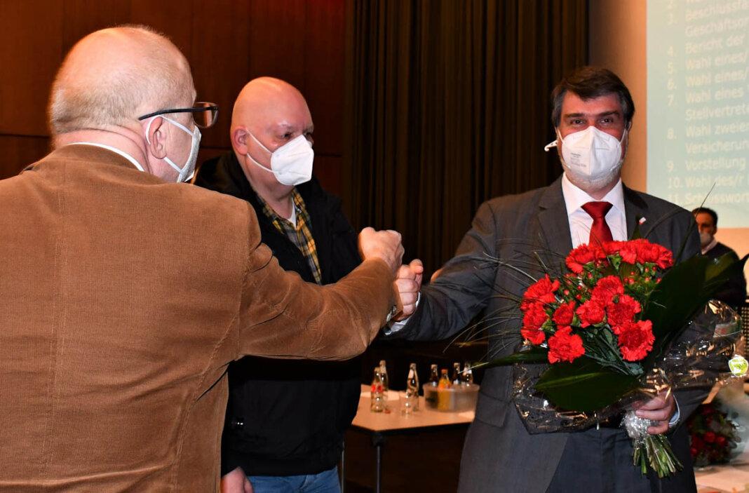 Direkt nach seiner Wahl zum Bundestagskandidaten der SPD erhielt Michael Thews (rechts) die Glückwünsche vom Werner SPD-Chef Siegfried Scholz (links). Foto: SPD