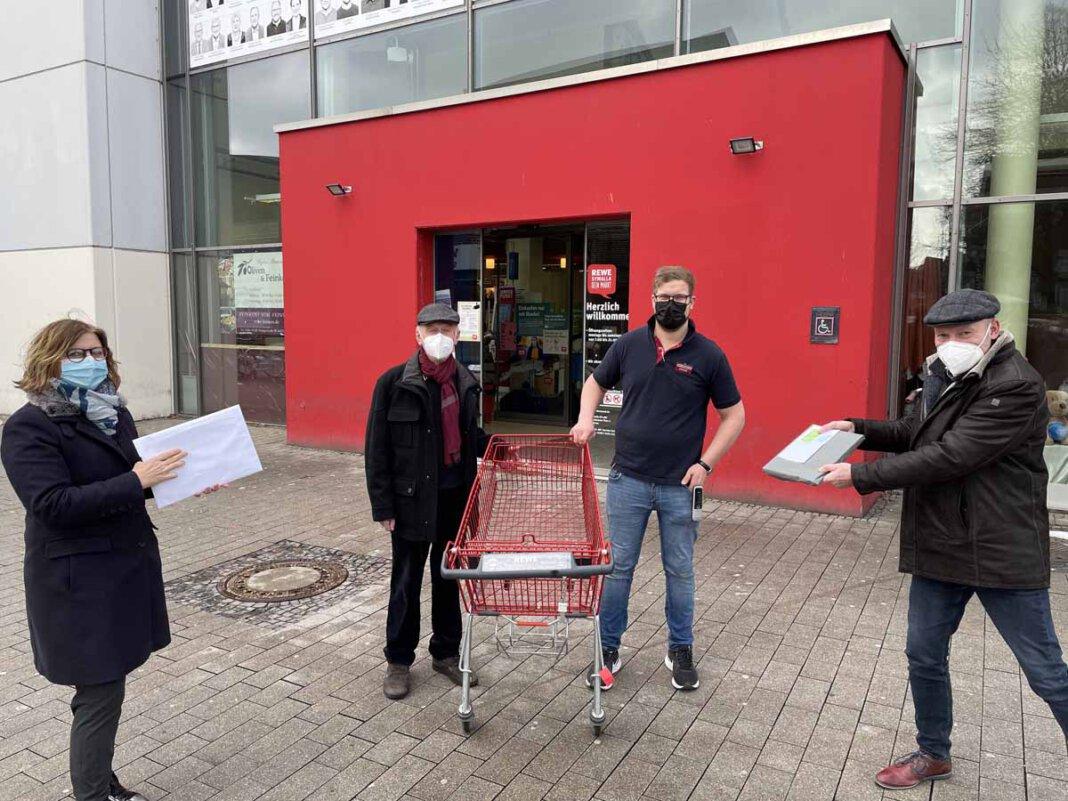 """Das Foto zeigt (von links) Christiane Steinkuhl (""""Wir für Werne""""), Dieter Schimmel, ReweMarktleiter Georg Schlomberg und Hubertus Waterhues (""""Wir für Werne""""). Foto: Werne Marketing"""