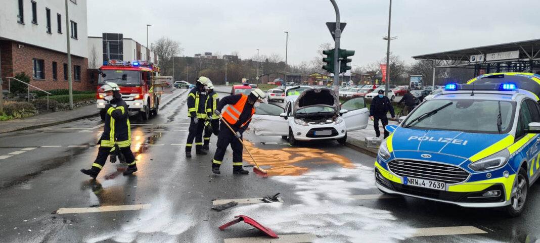 Vier Verletzte, darunter drei Kinder, forderte am Samstagnachmittag ein Verkehrsunfall in Werne. Zahlreiche Rettungskräfte waren im Einsatz. Foto: Feuerwehr Werne