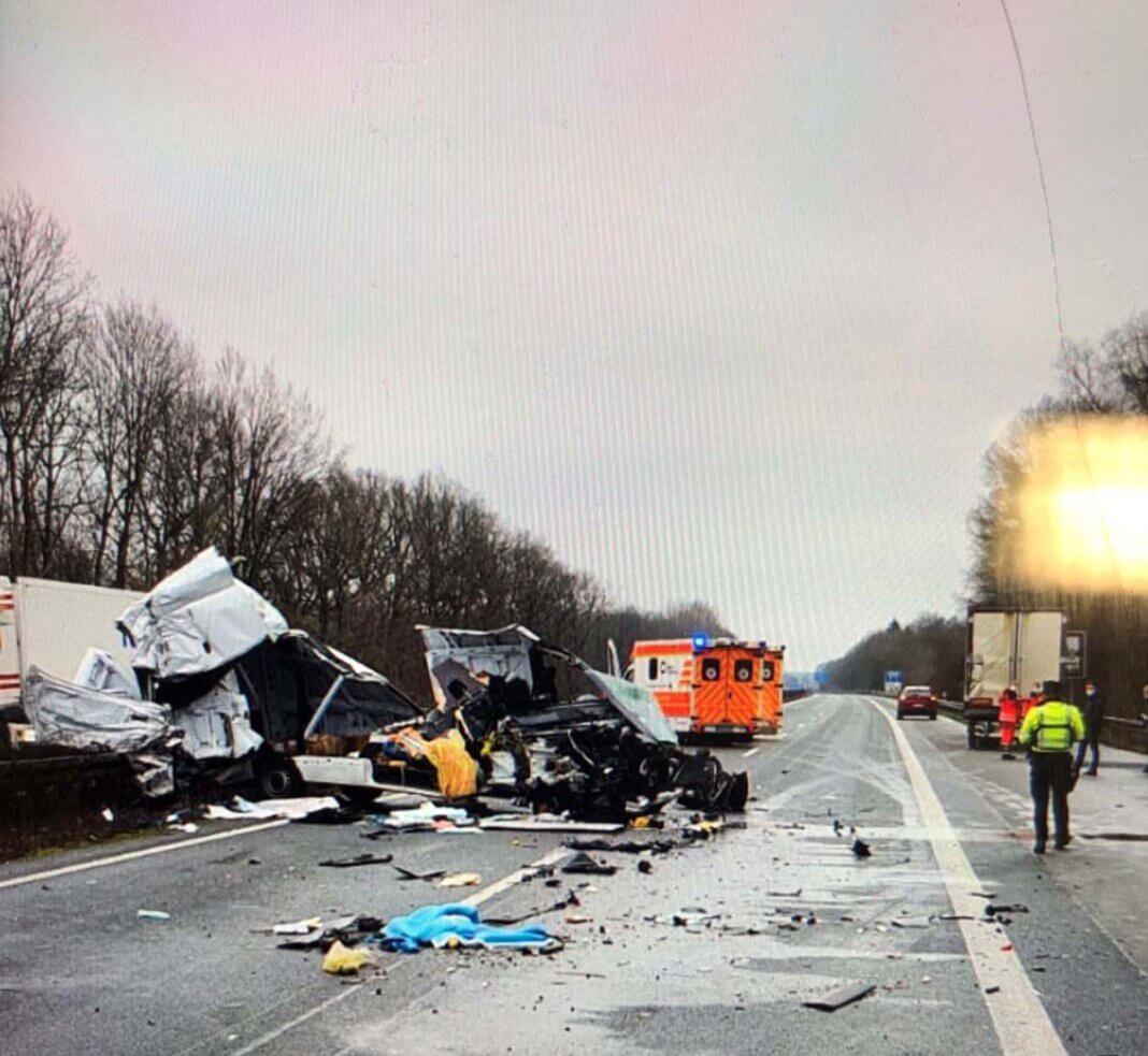 Der Fahrer krabbelte glücklicherweise nur leicht verletzt aus dem Sprinter-Wrack. Foto: Polizei Münster