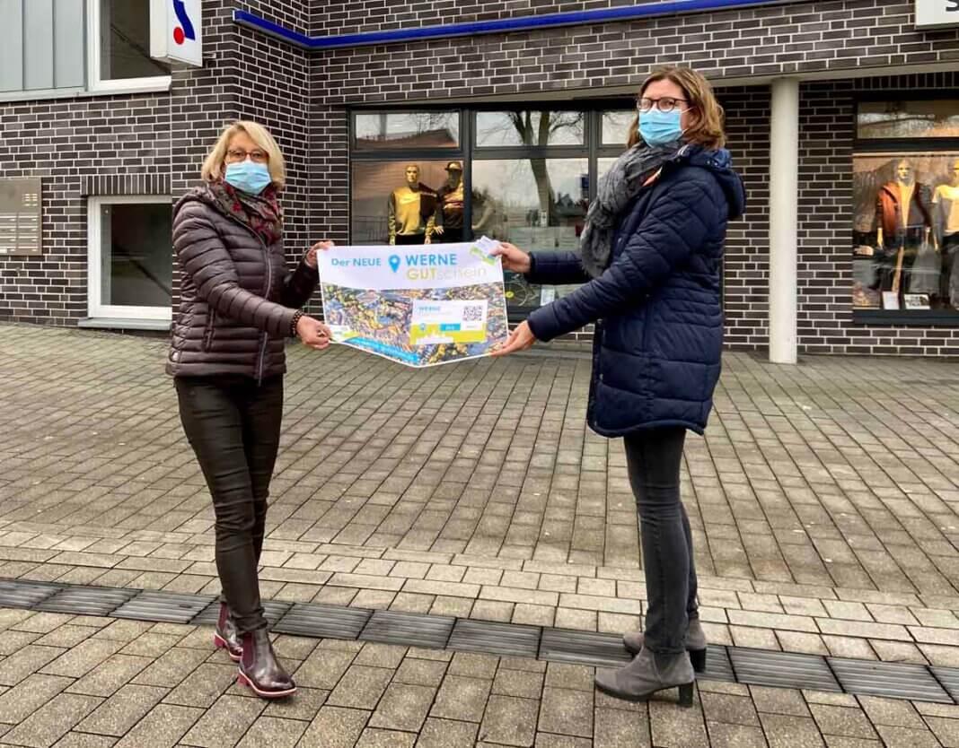 Carolin Brautlecht (links) und Britta Löchter stellen den digitalen Werne GUTschein vor. Foto: Werne Marketing