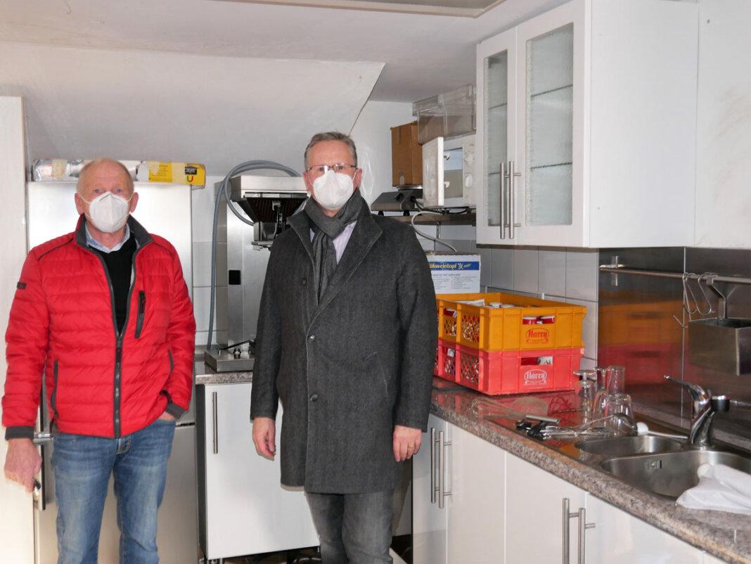 Vorsitzender Dr. Dirk Bökenkamp (rechts) und sein Stellvertreter Klaus Wortmann erläuterten die geplanten Sanierungsmaßnahmen in den Clubräumlichkeiten unter der Tribüne im Freibad Werne. Foto: Gaby Brüggemann
