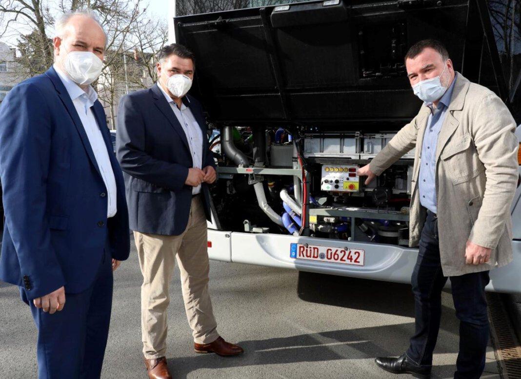 VKU-Geschäftsführer André Pieperjohanns (l.) und Landrat Mario Löhr ließen sich von Van Hool-Verkaufsberater Manfred Gerster (r.) die Technik des besonderen Busses erklären. Foto: Volkmer