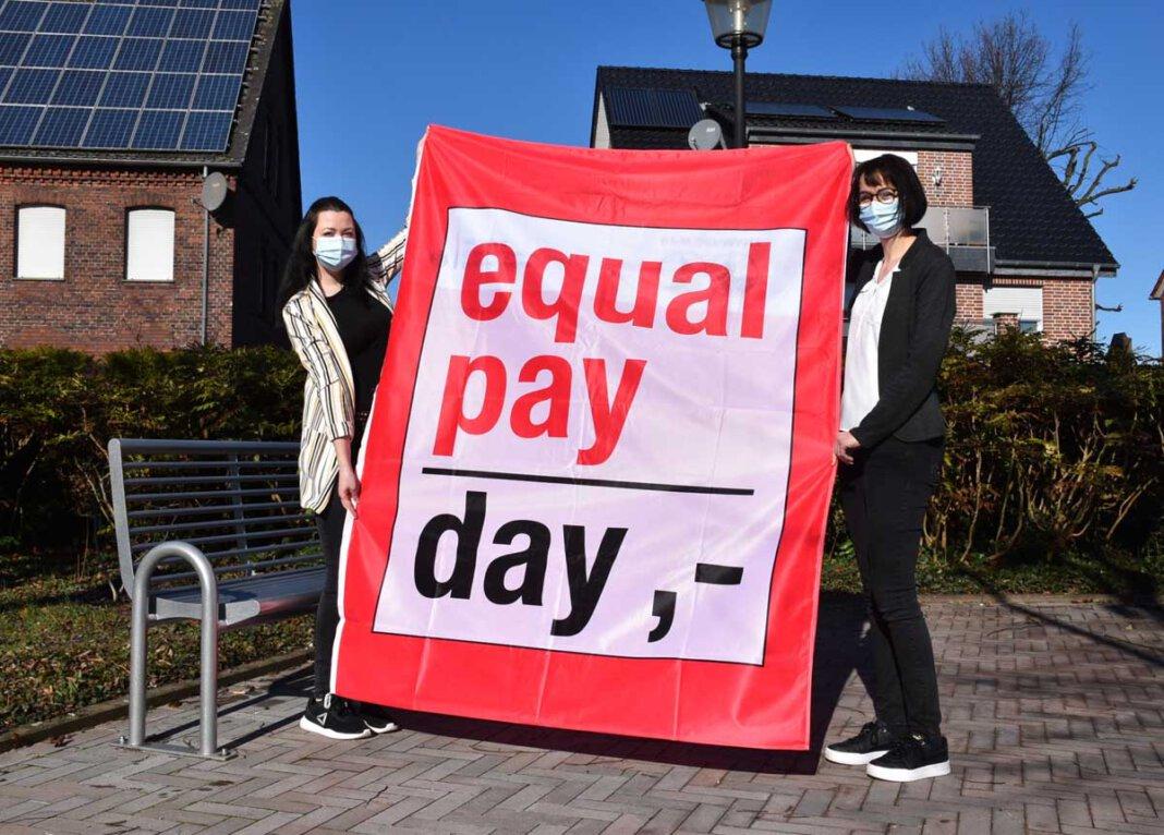 Die Gleichstellungsbeauftragten Miriam Lepper (l.) und Simone Struckamp machen am Equal Pay Day auf die ungleiche Bezahlung von Frauen und Männern aufmerksam. Foto: Gemeinde Ascheberg