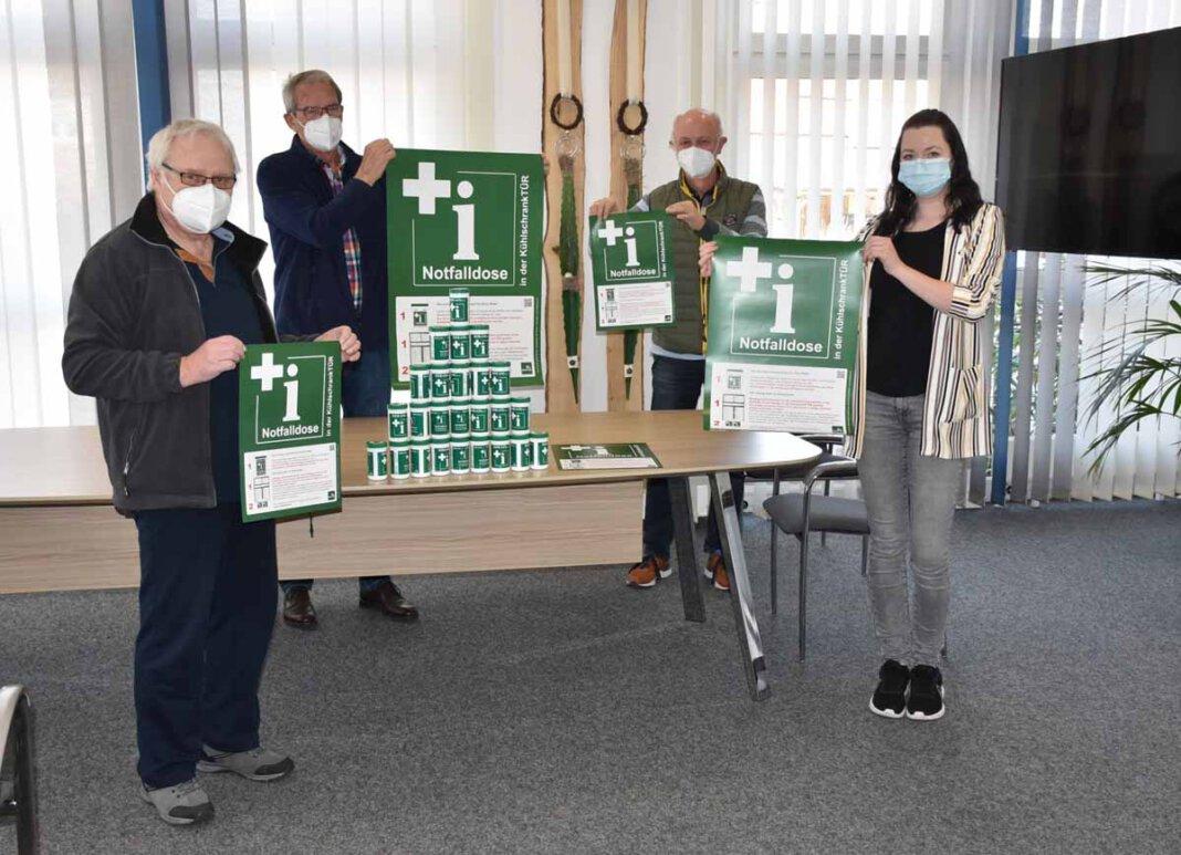 Karl-Heinz Bartsch, Dr. Rüdiger Vogt, Karl-Heiz Vorspohl und Miriam Lepper (v.l.n.r.) haben die Notfalldosen für die älteren Menschen in der Gemeinde Ascheberg besorgt. Foto: Gemeinde Ascheberg