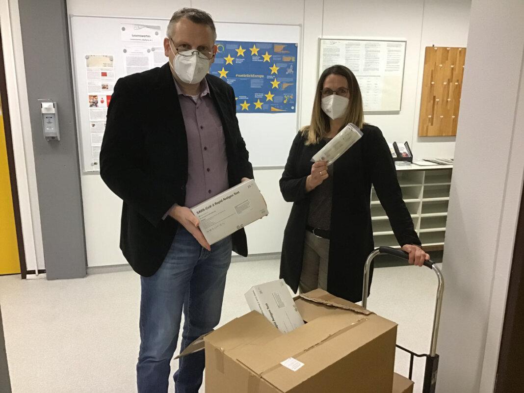 Nun sind die Schnelltests auch am Anne-Frank-Gymnasium angekommen - sehr zur Freude von Schulleiter Marcel Damberg. Foto: Bäumer / AFG
