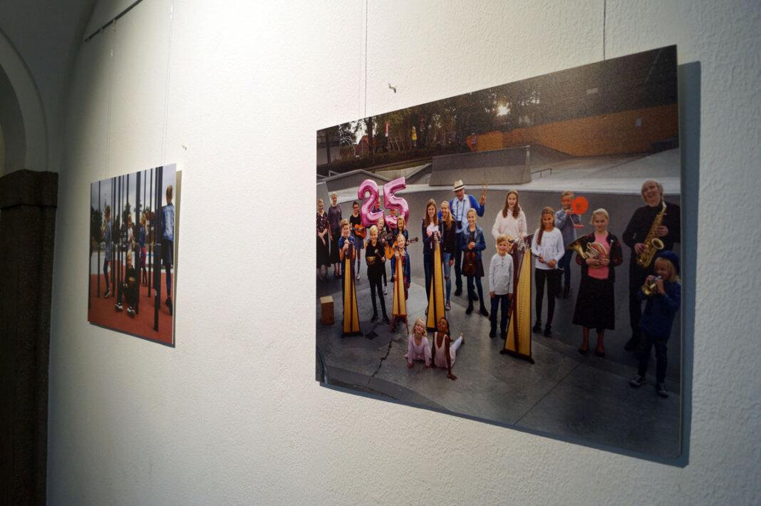 Zum zweiten Mal hängen die Bilder zum 25-jährigen Bestehen der Musikschule Selm in der Galerie des Amtshauses. Foto: M. Woesmann/Stadt Selm
