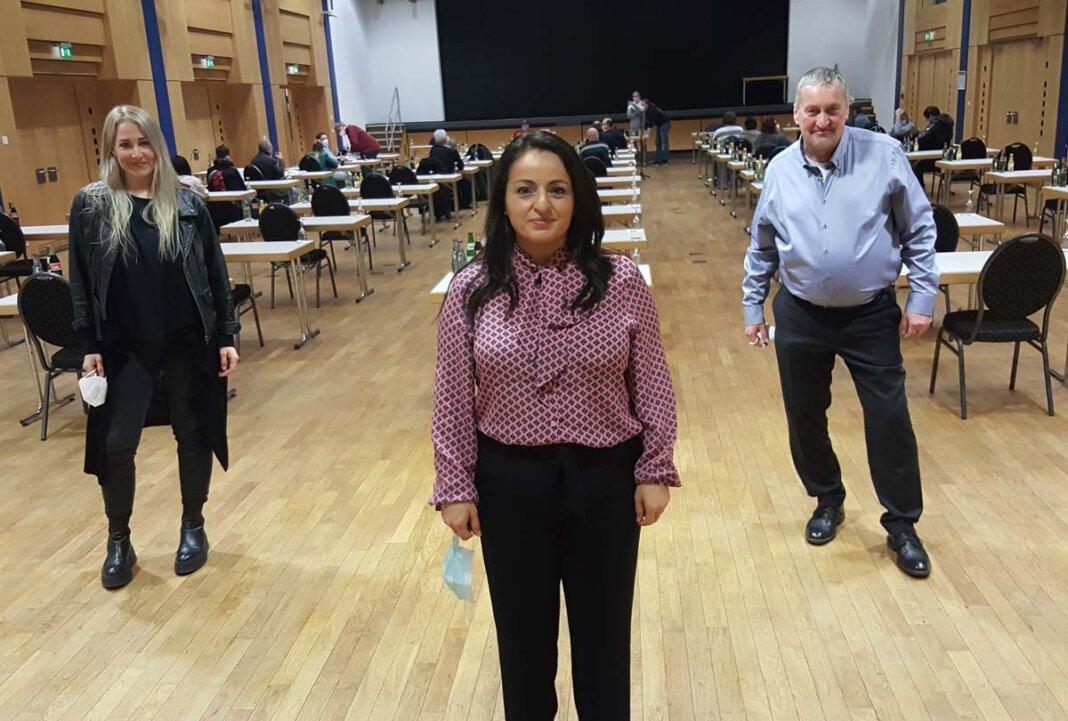 Die Bundestagsabgeordnete Sevim Dağdelen (Mitte) beglückwünschte Direktkandidatin Rebekka Kämpfe. Rechts Martin Pausch, Fraktionschef der Linken in Werne. Foto: Wagner