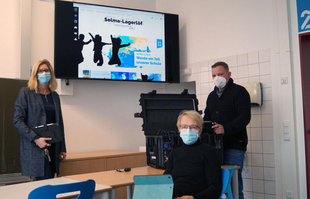 Die Selma-Lagerlöf-Sekundarschule ist in Sachen Digitalisierung bereits gut aufgestellt. Schulleiterin Karin Vogel (M.), Stellvertreterin Eva Graß-Marx sowie Alexander Braun aus dem E-Team Medien wollen dies aber noch weiter ausbauen. Foto: M. Woesmann / Stadt Selm