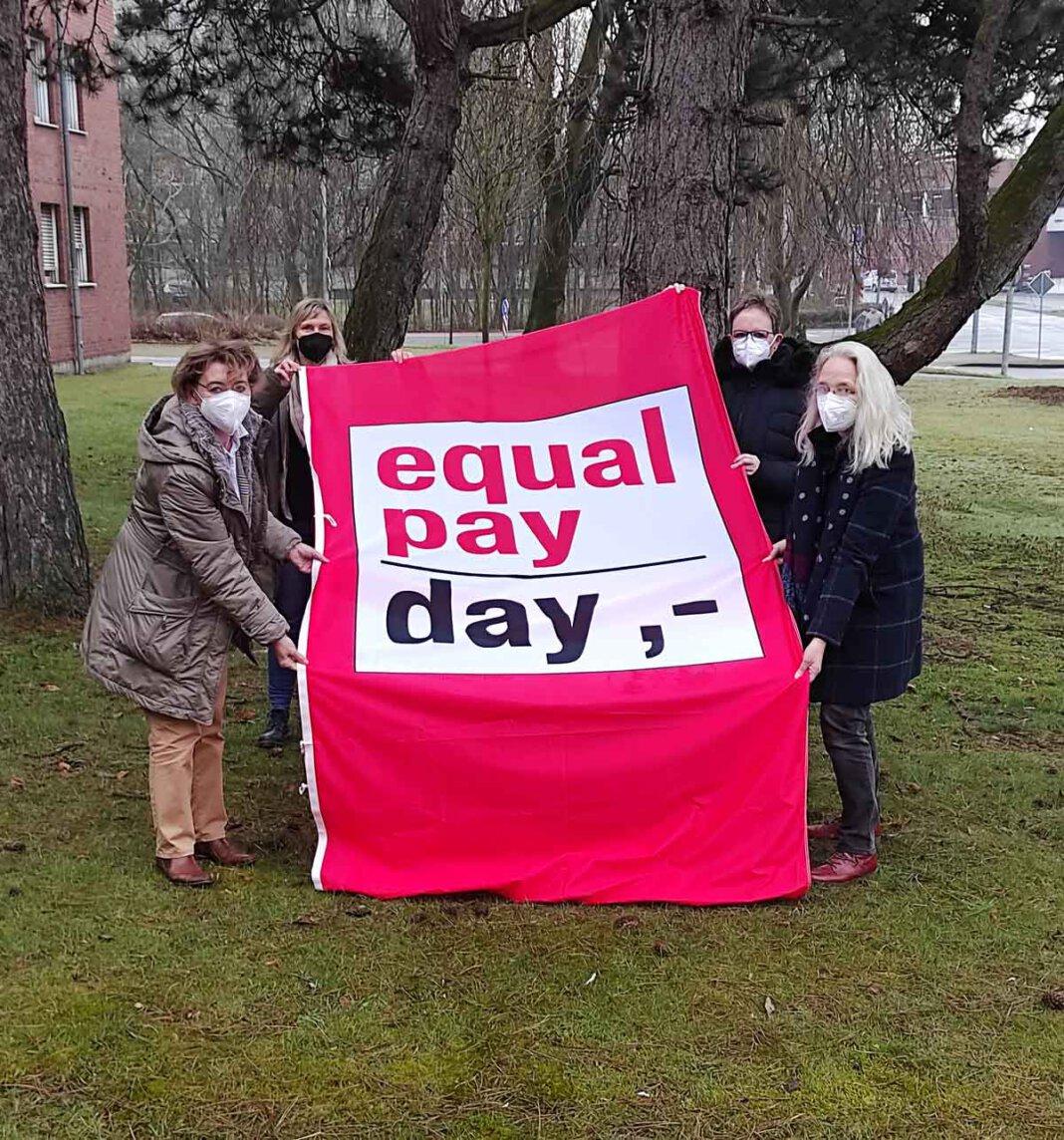 Monika EIchmanns Gleichstellungsbeauftragte der Stadt Werne, und Mitstreiterinnen in der Verwaltung weisen auf den Equal Pay Day hin. Foto: Stadt Werne