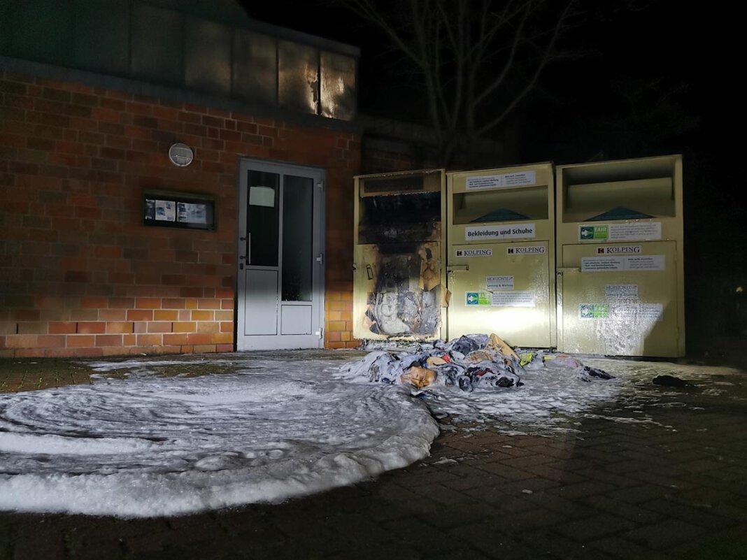 Hinter dem Kolpinghaus fing ein Altkleider-Container Feuer. Die Wehr löschte mit Schaum. Foto: Feuerwehr Werne